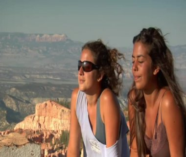 Women at rim Overlook Bryce Canyon — Stock Video