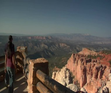 Couple walk at rim Overlook Bryce Canyon national Park — Stock Video