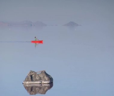 Man kayaks on calm water — Stock Video