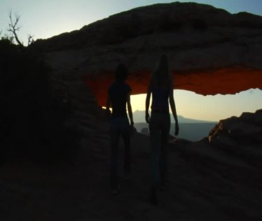 Women walk to Mesa arch canyonlands — Stock Video