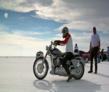 Man on Harley-Davidson motorcycle takes off on Bonneville salt Flats — Stock Video