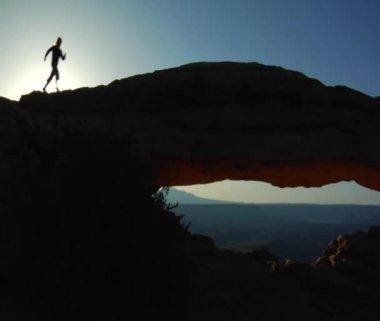 Vrouw joggen in bergen — Stockvideo