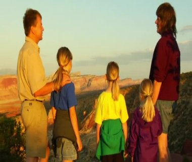 Family admires sunset view — Vídeo de Stock