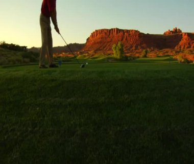 Man teeing off on golf course — Stock Video