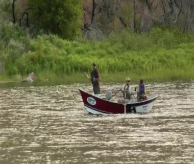 A three men in flyfishing trip boat paddle to stay stationary — Stock Video