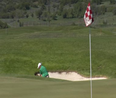 Man chips out of sand trap — Video Stock