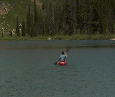 Man paddles kayaked on Mountain Lake — Stock Video