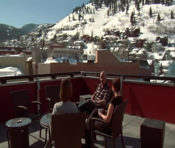Disfrute de la gente a tomar café invierno soleado en la azotea en park city utah — Vídeo de stock