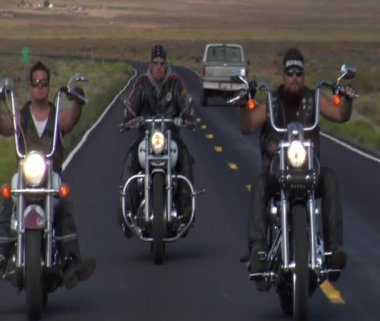 Three bikers on desert highway, truck passes — Stock Video