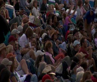 Crowd watches outdoor concert — Stock Video