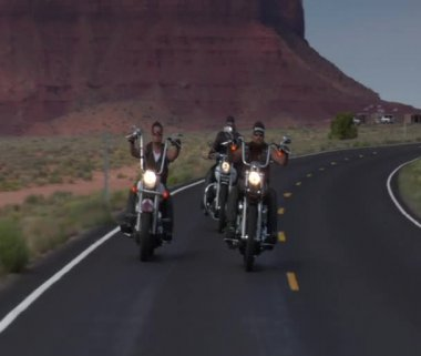 Three bikers on a winding desert highway — Stok video