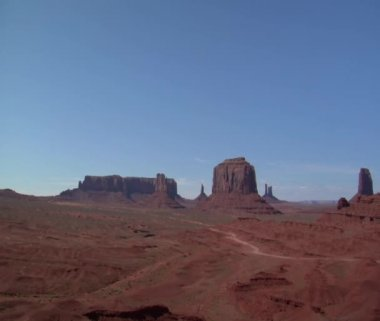 A cowboy on his horse overlooks Monument Valley — Stock Video