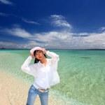 jovem na praia Aproveite a luz do sol — Foto Stock