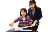 Lärare med flicka som studerar. — Stockfoto