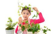 Szczęśliwe dziecko z roślin — Zdjęcie stockowe