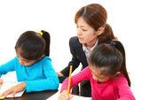 Profesor con chicas estudiando. — Foto de Stock