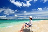 The woman who relaxes on the beach. — 图库照片