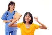 Doctor sonriente y paciente feliz — Foto de Stock