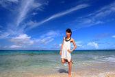 Молодая женщина на пляже наслаждаться солнечным светом — Стоковое фото