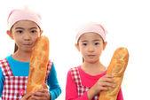 微笑女孩与面包 — 图库照片