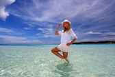 žena, která uvolňuje na pláži. — Stock fotografie