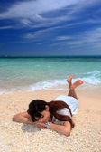 A mulher que relaxa na praia. — Foto Stock