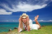 La femme qui se détend sur la plage. — Photo
