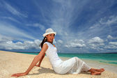 The woman who relaxes on the beach. — Foto Stock