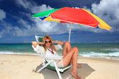 La mujer que se relaja en la playa. — Foto de Stock
