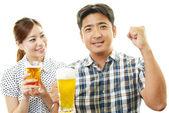 Bira içmek kadın ve erkek — Stok fotoğraf