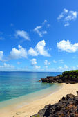 Cielo estivo e la bella spiaggia di okinawa — Foto Stock