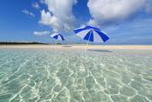 La spiaggia e l'ombrellone di mezza estate. — Foto Stock