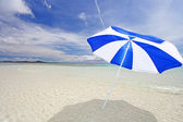 The beach and the beach umbrella of midsummer. — Stock Photo