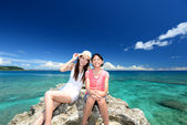 Mother and child to relax at the beach — Stock Photo