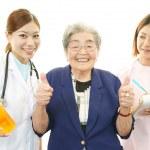 equipe médica asiáticos com velha — Foto Stock