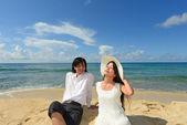 年轻夫妇在海滩上的海 — 图库照片