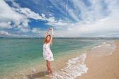 La donna che si rilassa sulla spiaggia. — Foto Stock