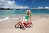 Schöner strand und frau — Stockfoto