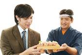 Client et chef sushi — Photo