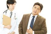 Doctor examinando a un paciente — Foto de Stock