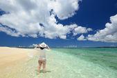 Piękna plaża i kobiety — Zdjęcie stockowe