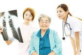 Starszy kobieta z personelem medycznym — Zdjęcie stockowe