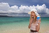 Vrouw aan het mooie strand — Stockfoto