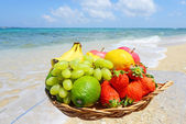 Fresh fruits and ocean — Stock fotografie