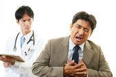 Homem tendo um ataque cardíaco — Foto Stock