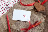 Liebesbrief mit herz form cookies, herzen und roten filzstift — Stockfoto