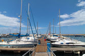 White yachts lined up at the dock — Stock Photo