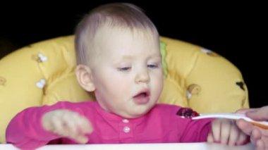 Baby flicka äter betor rot soppa — Stockvideo