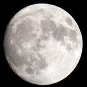O close-up da lua em um céu noturno preto tiro através de um telescópio — Foto Stock