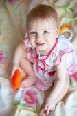 Fröhlichkeit babymädchen mit blauen augen und einem lächeln — Stockfoto